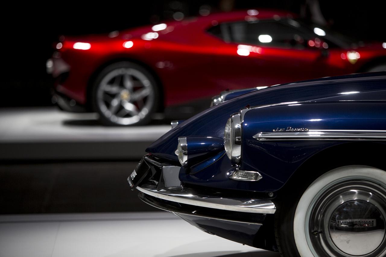 Csak az orrát mutatjuk, de az 1958-as Citroën DS 19 Chapron Le Dandy így is elhomályosítja a háttérben megbújó Ferrarit.