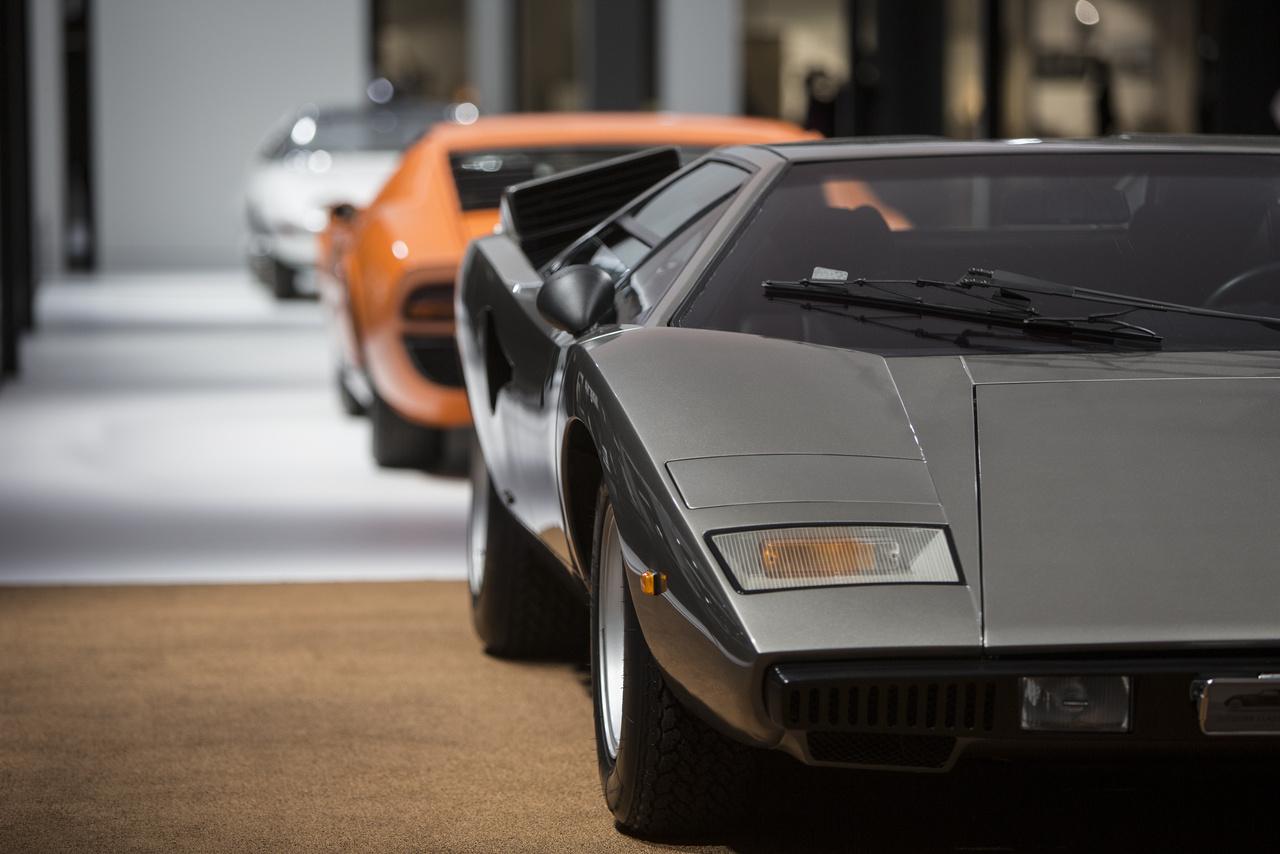 A kiállítás egyik gyöngysora, három Bertone-dizájn: elől egy Lamborghini Countach LP400 (1974), középen egy Lamborghini Miura P400 (1968) és hátul a Corvair Testudo (1968).