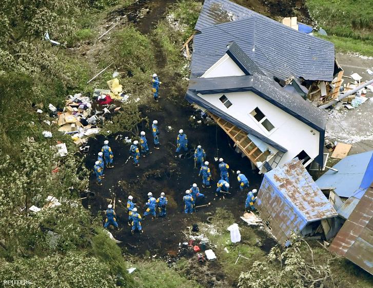 Túlélőket keresnek a földcsuszamlás után Atsuma városában, Hokkaido, Japán 2018.09.07.