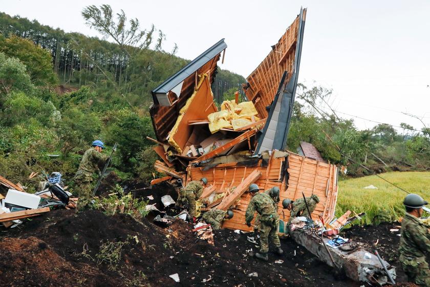 A japán szárazföldi alakulatok tagjai kutatnak eltűnt személyek után a Japán legészakibb nagy szigetén, Hokkaidón történt, nagy erejű földrengést követően Acumában 2018. szeptember 7-én.
