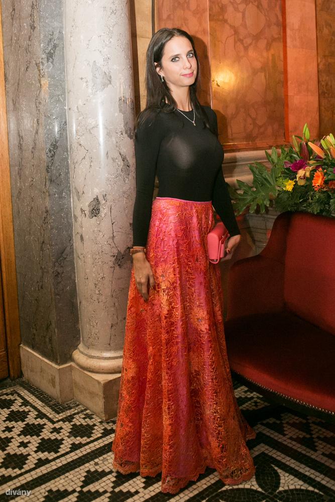 Az Operabálon azonban Cecil asszony, tőle akkor már szokatlanul konzervatív szerelésben mosolygott ilyen kedvesen.