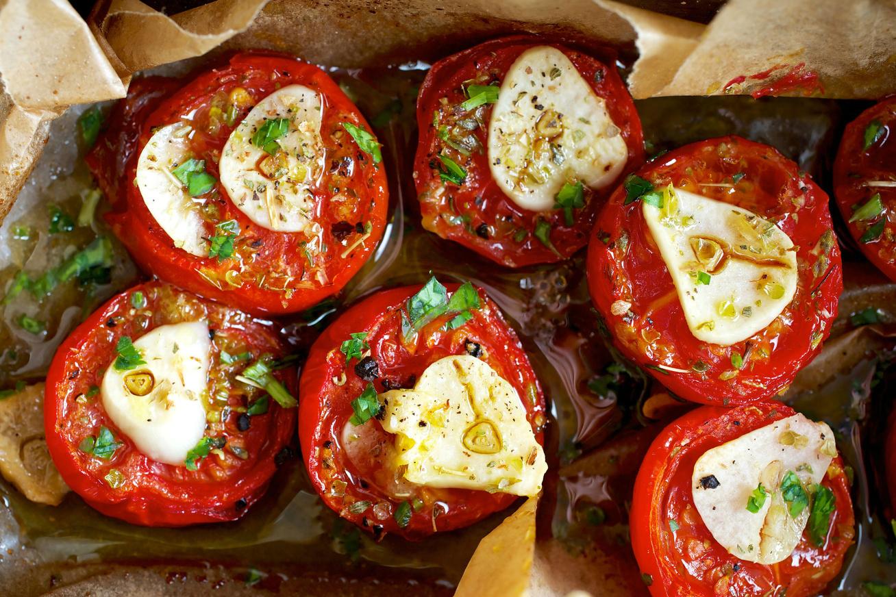 Zöldfűszeres, sült paradicsom: grillen, serpenyőben vagy sütőben is készítheted
