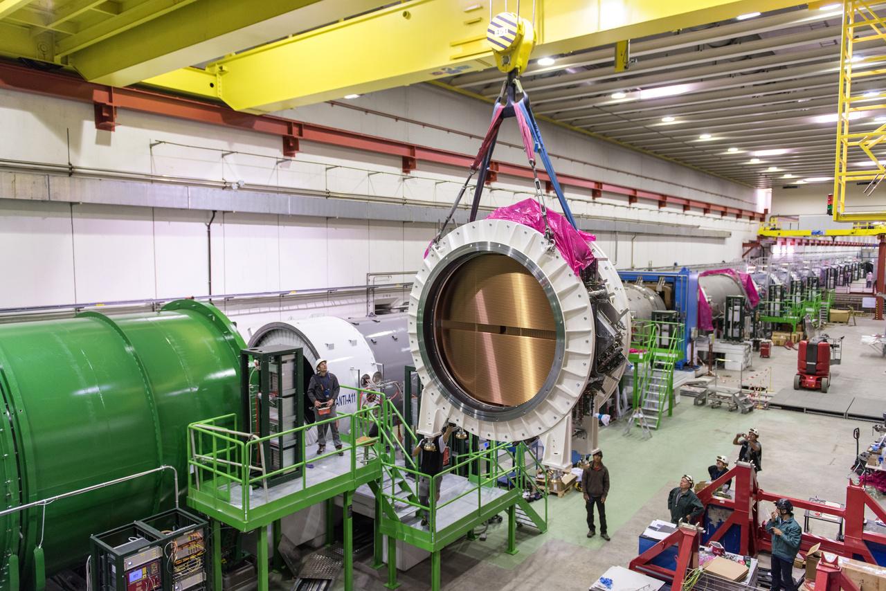 Az LHC gyorsítógyűrűje nyolc egyenes és nyolc íves szakaszból áll össze. Az egyenes részeken lehetőség nyílik kísérletek végzésére. A kanyarokban a newtoni fizika szabályai miatt kitörni kívánó részecskéket csak komoly mágneses potenciállal lehet az öt centiméter körüli átmérőjű csőben tartani. A részecskéket úgy tartják körpályán, hogy mágneses térrel eltérítik őket. Minél nagyobb egy részecske energiája, annál nehezebb eltéríteni, illetve annál többet fog kisugározni az energiájából, hogy eltérülhessen. Ez az úgynevezett szinkrotron sugárzás, amit egyes gyorsítókban használnak más jellegű kísérletekre, például anyagvizsgálati módszerek kifejlesztésére. A nagyon erős mágnesek eltérítik a részecskéket, de a kisugárzott energiájukat is pótolni kell; ehhez úgynevezett üregrezonátorokat használnak.