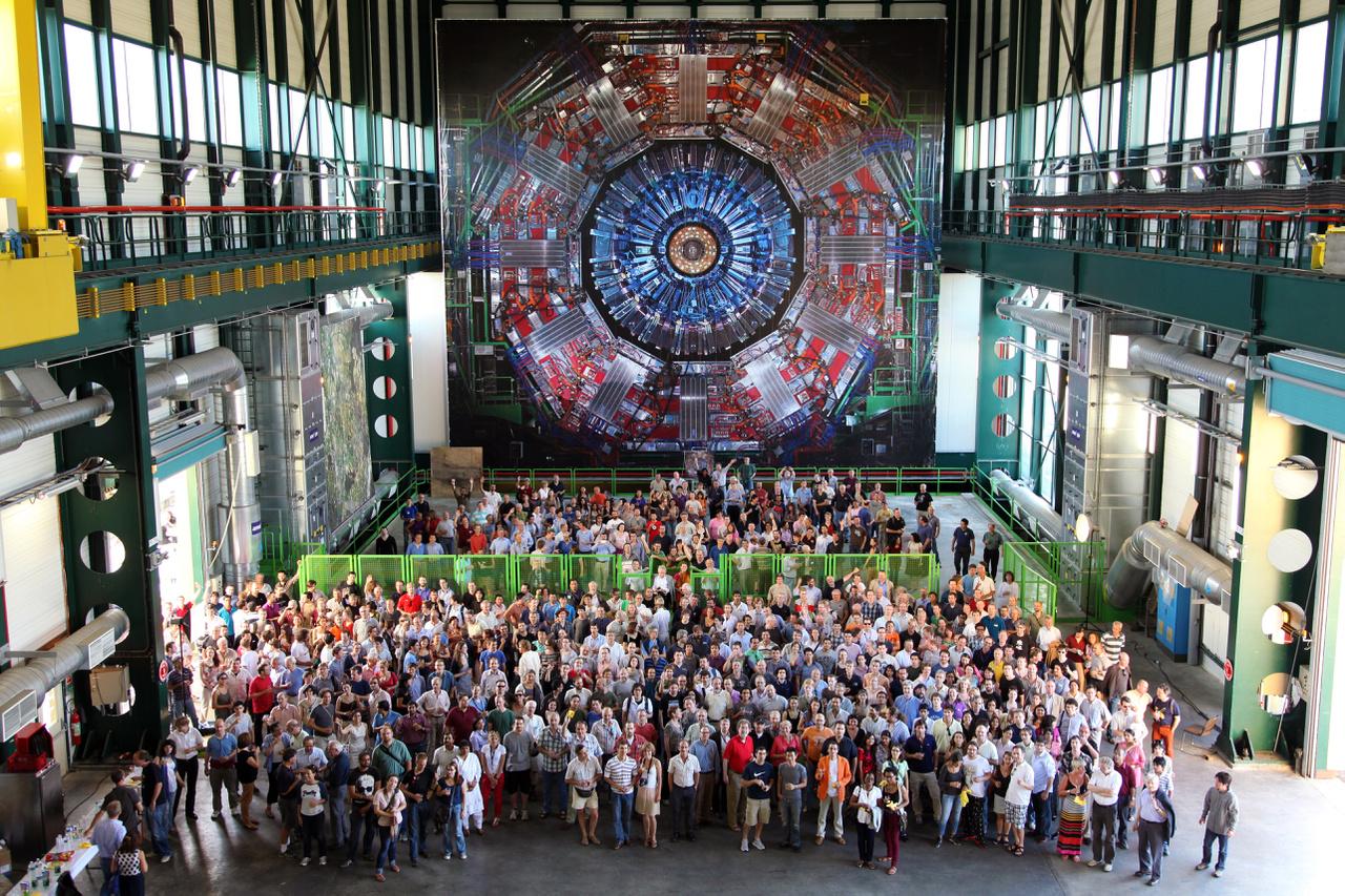 """Az LHC-ben végzett kísérletek közösségi szellemben zajlanak. Minden itteni kutatás eredményéhez hozzáférhetnek a kísérletben részt vevő személyek; és a legnagyobb projekteken több ezren is dolgozhatnak. A tudósok szabadon elemezhetik az eredményeket, de publikálás előtt ezeket az egész csoportnak felül kell vizsgálnia. A """"több szem többet lát"""" elvet követve az LHC-ben begyűjtött adatokat a CERN honlapján is közzéteszik - ki tudja, hátha egy amatőr fizikusnak tűnik fel a temérdek adatban egy áttörő jelentőségű energiaingadozás."""