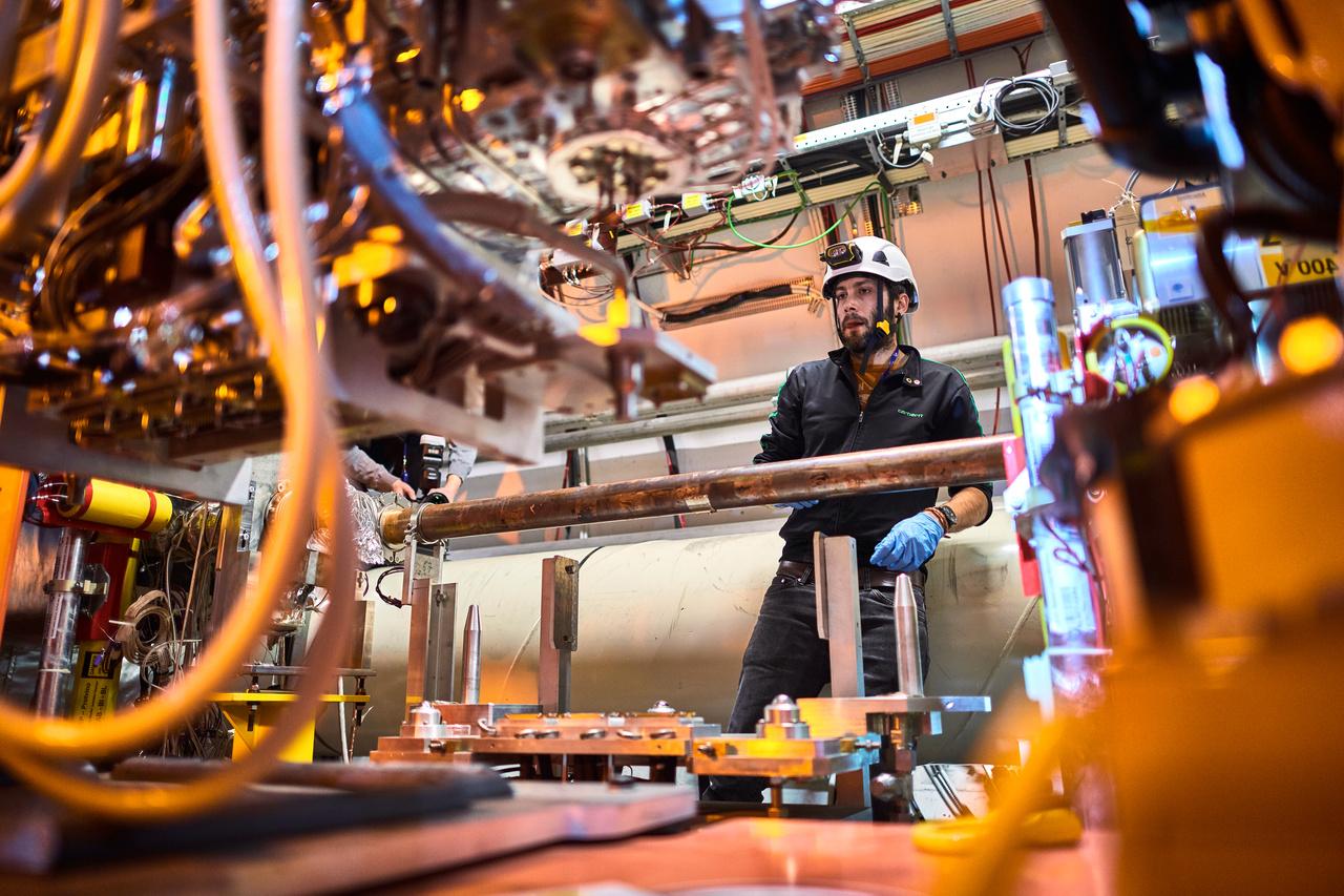Az LHC nem egyetlen, 27 kilométer kerületű gyűrűből áll. Több kisebb is tartozik a rendszerhez, amik mind további energiamennyiséget adnak a fő gyűrűnek. A jövőben végzett fejlesztések egyike, hogy az LHC-t előgyorsítóként használják egy még nagyobb gyűrűhöz. A tervek szerint az LHC utódjánál a fő gyűrű hossza akár 100 kilométer is lehet. Persze, ennek a megépítése - azon túl, hogy rengeteg pénzt fog felemészteni - több évtizedig is eltarthat.