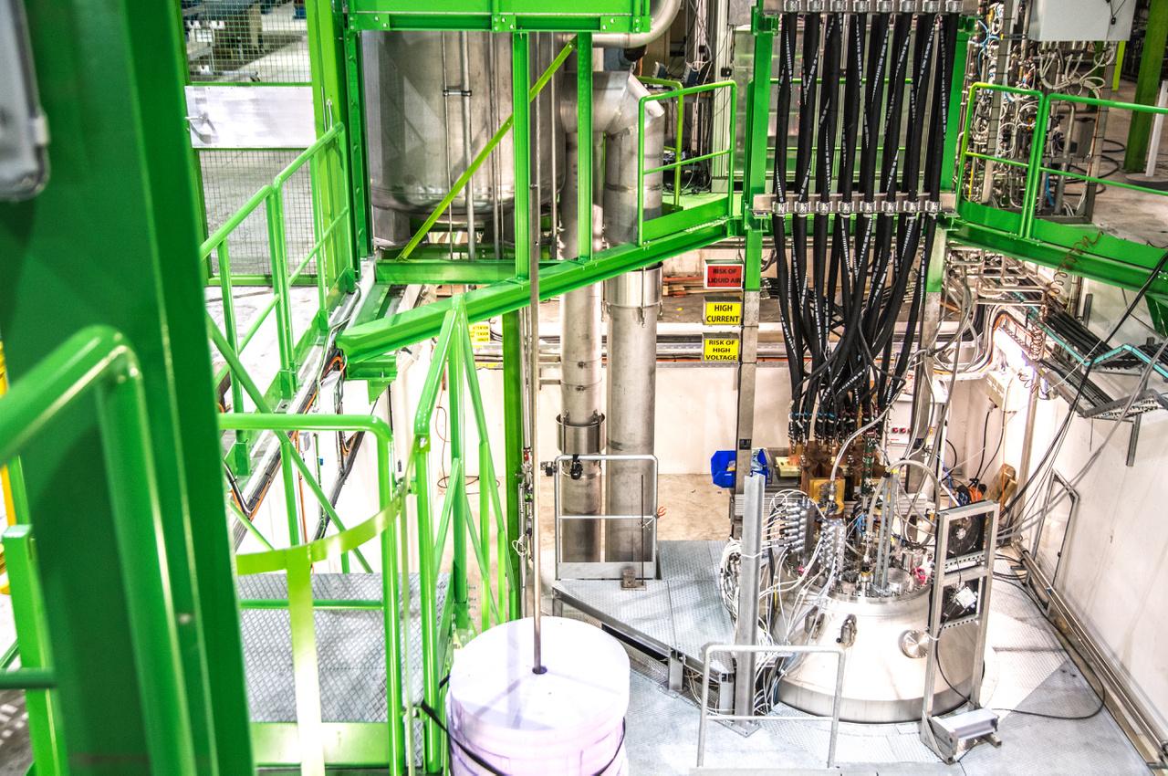 A 8 TeV már így is bőven meghaladta a második legnagyobb teljesítményű részecskegyorsítóét, de a komplexum mai csúcsteljesítménye 13 TeV, és a kitűzött cél a 14 TeV - a rendszer még ezt is bírja. A csaknem fénysebességre gyorsított protonok ütközése egy csomó érdekes hatással jár, mivel ilyenkor hatalmas mennyiségű hő és energia keletkezik. Ehhez persze további fejlesztések is szükségesek. A protonokat a pályán tartó mágneseket kriogenikus hűtésű darabokra cserélték, hogy kezelni tudják a megnövekedett energiaáramlást.