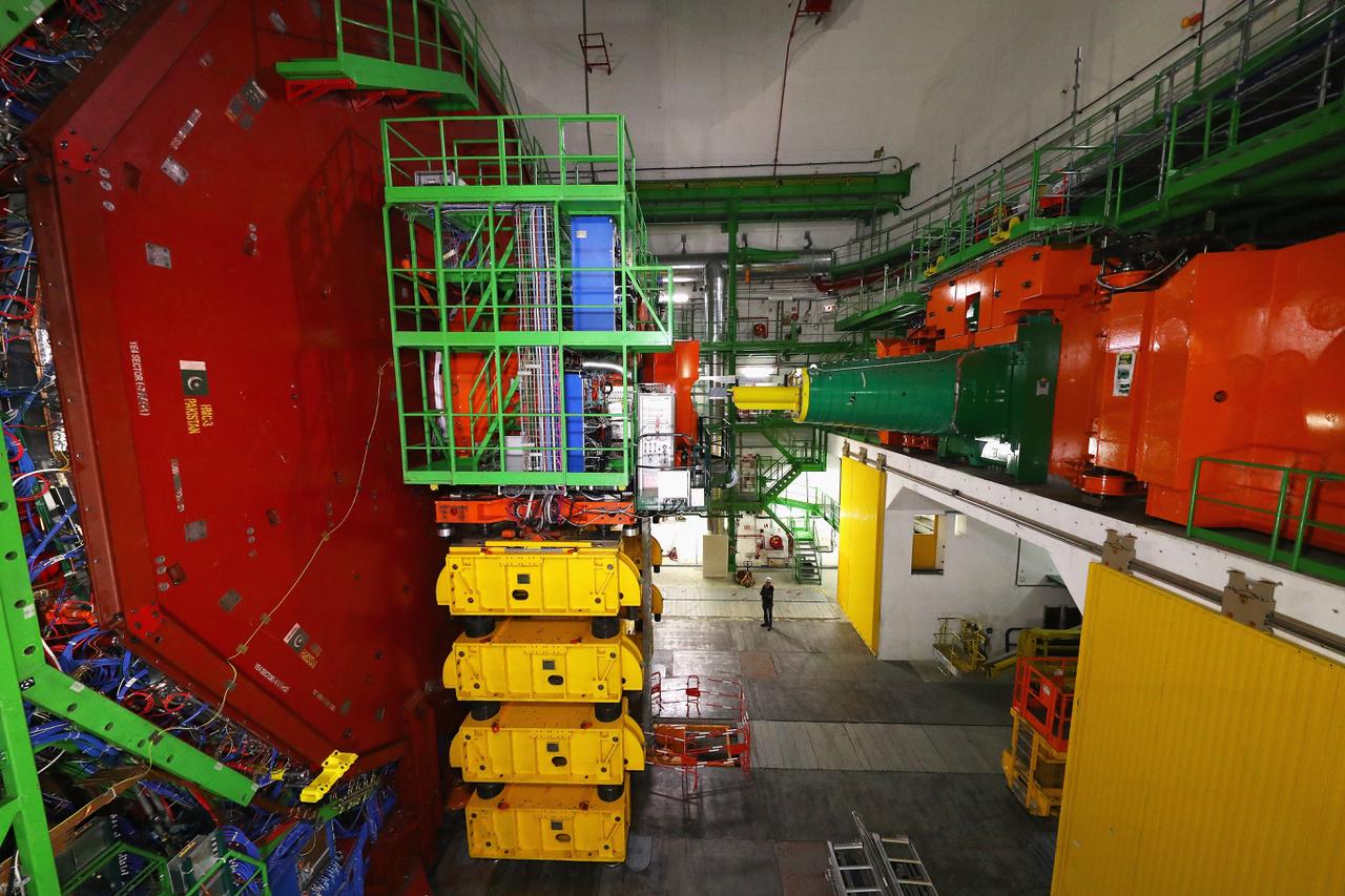 A teljes CMS rendszer több százezer kilométernyi kábelből, több ezer tonna szupravezető mágnesből és temérdek fémből áll. A rendszert a felszínen szerelték össze, a szeleteket pedig daruval, egyenként eresztették le - darabját 8 óra alatt.