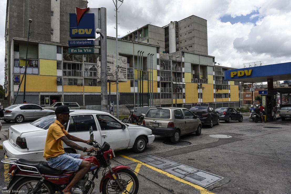 Várakozók sora a Venezuela SA (PDVSA) benzinkútnál. Caracas, Venezuela, 2018.08.18.