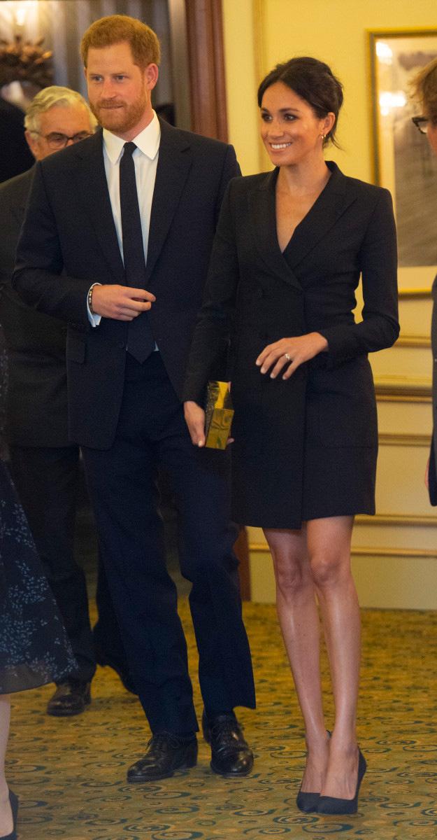 Ilyen rövid szoknyát hercegnőként már nem viselhetne. A szabály szerint térd alá kell érnie.