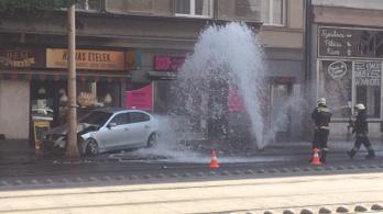 Kitört egy tűzcsapot egy BMW a Margit körúton, szökőkutat csinált
