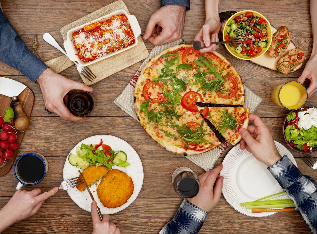 vacsora-pizza-etelek-asztalon