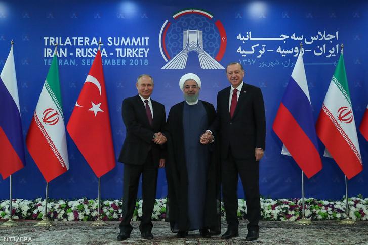 Haszan Róháni iráni államfő (k) fogadja Recep Tayyip Erdogan török (j) és Vlagyimir Putyin orosz elnököt Teheránban 2018. szeptember 7-én. Az asztanai háromoldalú folyamat keretében a felek közösen áttekintik a szíriai rendezéshez nyújtandó segítséget.