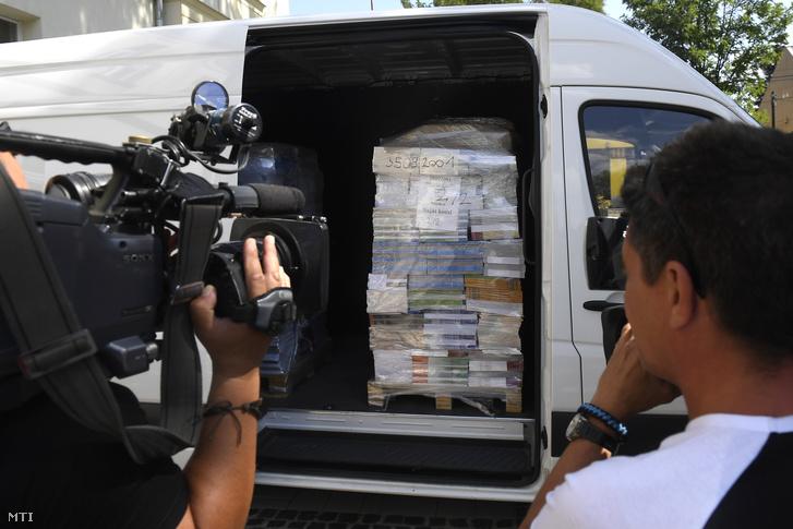 Kiszállított tankönyvek a XVI. kerületi Kölcsey Ferenc Általános Iskolánál 2018. augusztus 16-án.