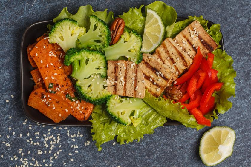 10 perces, diétás, mégis laktató vacsora: fűszeres, sült tofu salátaágyon
