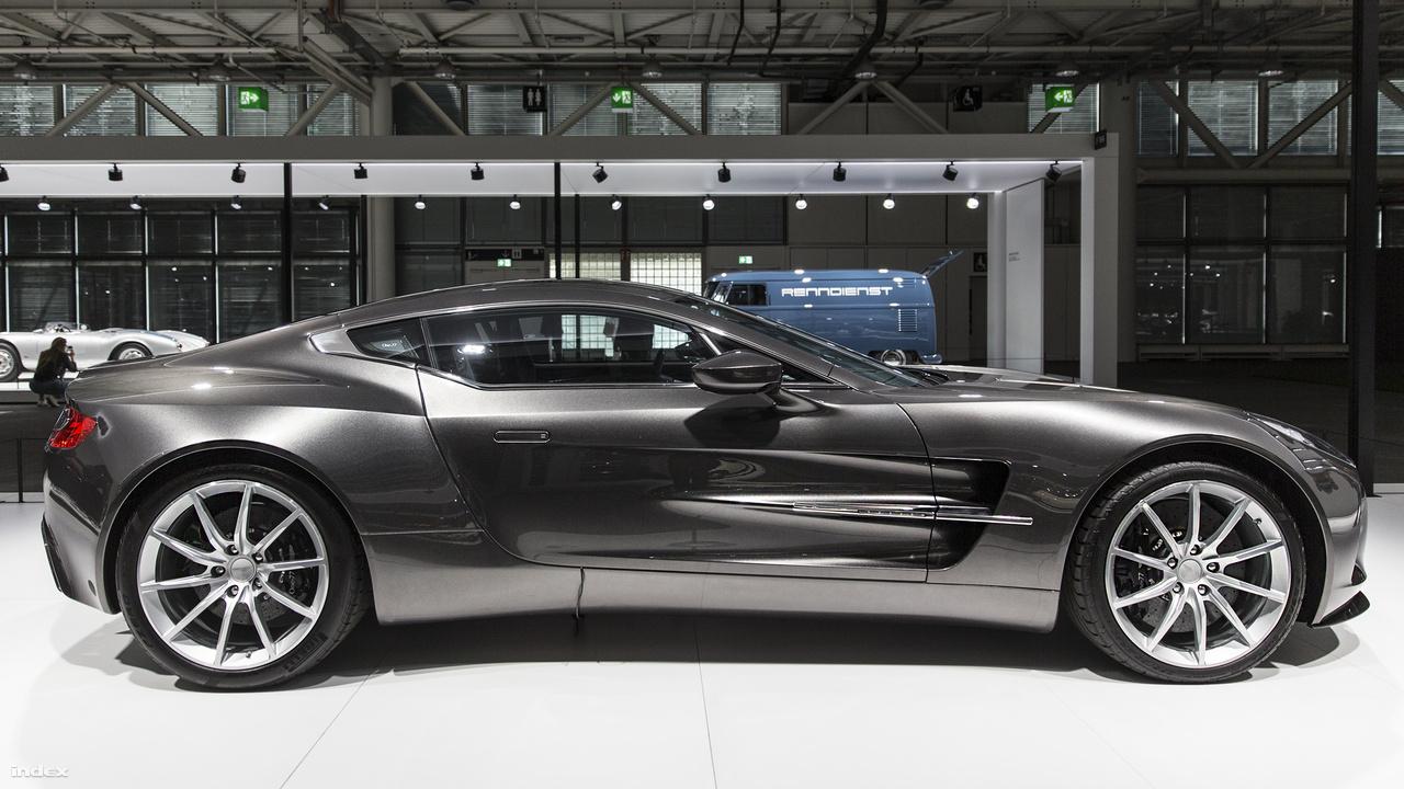 Aston Martin One-77, 2011. A szuperautó-tulajdonosok klubjának kevés tagja van a világon. Közülük is csak 77 olyan kőgazdag szerencsés van, aki magáénak mondhat egyet az Aston Martin 2008-ban bemutatott, korlátozott darabszámban (erre utal a névben a 77) készült, elegáns és mégis brutális remekművéből. A könnyű, kézműves alumínium karosszéria, a 7,3 literes, 750 lóerős V12-es motor együttesen akár 354 km/órás sebességre is képes gyorsulni, úgy hogy az autó 3,5 másodperc alatt van százon. A One-77 több autós videójátéknak is főszereplője, a Need For Speed: Hot Pursuit játékosai utcai és rendőrautó változatban is hajthatják. Ez utóbbira a valóságban egyedül a dubaji rendőrség képes, járőrautóként a közlekedési kihágásokat elkövető helyi szuperautókat üldözhetik ezzel az emírség rendőrei. Utcán nem is igen lehet máshol One-77-et látni, a többi 76 példány a gyűjtők garázsaiban pihen.