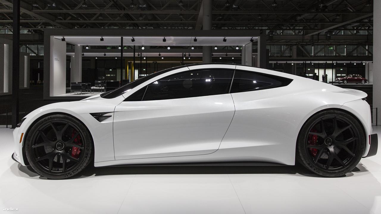 Tesla Roadster 2020. És ez már a jövő, már amennyiben annak tekinthető, hogy sikerült elhozni a kiállításra a Tesla egyelőre még félkész elektromos sportautóját, az új, várhatóan 2020-ban megjelenő Roadstert. A korszellemnek megfelelően ez az autó - illetve inkább: autóváz -  vonzotta a legtöbb érdeklődőt, annak ellenére, hogy igazából csak a karosszéria, a sötét üvegek és a kerekek voltak láthatók.
