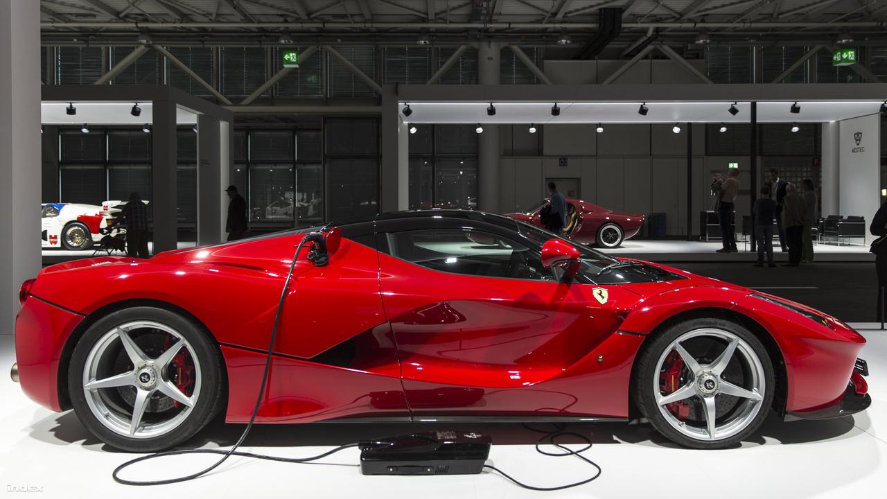 Ferrari LaFerrari, 2013. Az olasz hiperszuperautók rajongói valószínűleg tömegesen kaptak benzingőztől szédült fejükhöz, amikor megtudták, hogy a Ferrari hibridautót dob piacra. Az F40, F50 és az Enzo utódjaként tervezett LaFerrari-ba ugyanis a 6,3 literes, 800 lóerős, 12-hengeres V-motor társaságába - mintha ez a teljesítmény nem lenne elég brutális - két Magnetti Marelli elektromotort is szereltek. A HY-KERS hibrid rendszernek köszönhetően a Forma-1-es ihletésű LaFerrari elképesztő 963 lóerős teljesítményre is képes (3 mp alatt van százon, csócssebessége 350 km/ó). Az együléses hiperautóból 499 darab készült.