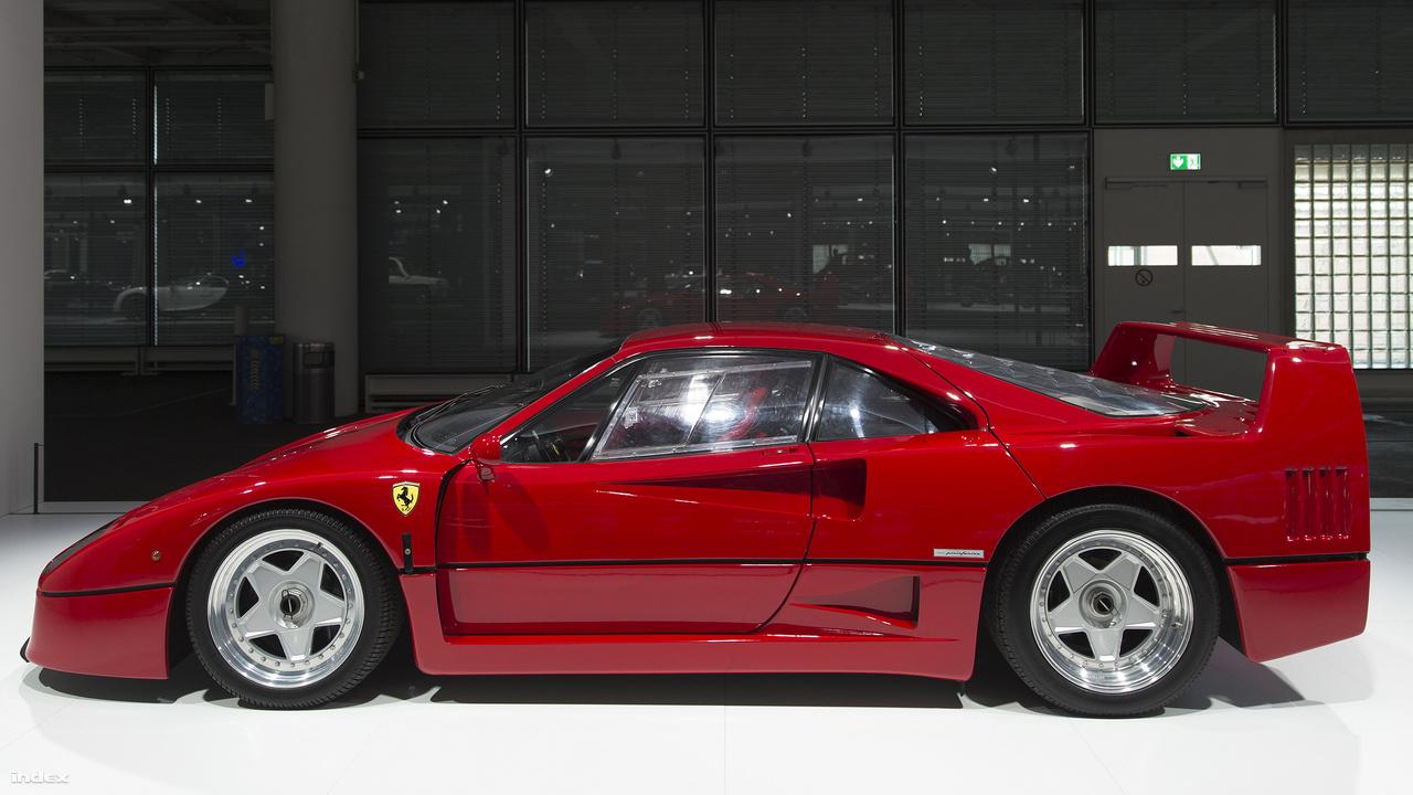 Ferrari F40, 1991. A Ferrari a cég negyvenedik születésnapjára alkotta meg azt az autót, amit a sokan - a letisztultságot, egyszerűséget, őszinteséget kedvelők – az utolsó igazi Ferrariként tartanak számon. A 2,9 literes, 32 szelepes, iker turbófeltöltéses, 478 lóerős V8-as motorral szerelt, 1987-ben bemutatott F40 a leggyorsabb és legerősebb utcai autó volt akkortájt: 100 km/órára 4,1 másodperc alatt tudott gyorsulni, végsebessége pedig 324 km/óra volt. Ez nemcsak a bivalyerős motornak, de a szuperkönnyű, Pininfarina által tervezett, szénszálas, alumínium, kevlár és polikarbonát anyagokból alkotott, letisztultságot, egyszerűséget, őszinteséget tükröző karosszériának is volt köszönhető. A puritánság a belső térben is erősen visszaköszönt: semmi felesleges luxus, se bőrülések, se hi-fi, de még egy vacak kesztyűtartó se - mindez azt sugallta, hogy aki ide beszáll, az a vezetés egész embert kívánó élményéért, a háta mögött üvöltő őserő kedvéért teszi. 1992-ig 1300 darabot gyártottak az F40-ből (a képen egy 1991-es gyártmány), ami máig az egyik legkeresettebb Ferrari a használt szuperautók piacán.