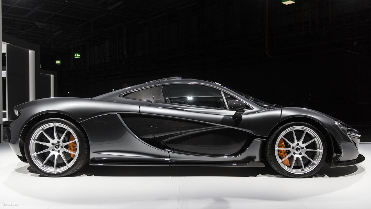 McLaren P1, 2013. Öt éve, a genfi autószalonon mutatta be a brit gyártó a Forma-1-es ihletésű hibrid hiperautót, amiben a 3,8 literes, 8 hengeres, ikerturbós benzinmotor és a beépített elektromotor kombinációja elképesztő 916 lóerős alkotássá állt össze. A szénszálas anyagok felhasználásával készült titán-magnézium karosszériának köszönhetően a 375 példányban készült autó mindössze 1,4 tonnát nyom, noha a hibrid hajtómű minden csak nem könnyű. Aerodinamikai kialakítása, mozgatható hátsó leszorító szárnya egyben versenyautóvá is teszi a P1-et, 2,8 másodperc alatt van százon, elektronikusan vezérelt csúcssebessége 350 km/óra.