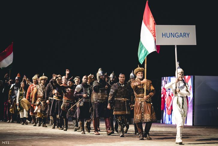 A Miniszterelnöki Sajtóiroda által közreadott képen a magyar csapat a III. Nomád Világjátékok hivatalos megnyitóján, a kirgizisztáni Csolpon Atában 2018. szeptember 2-án.