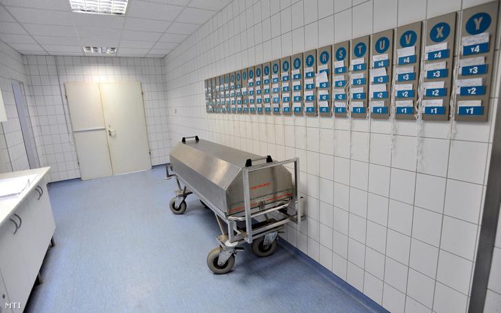 A Fõvárosi Önkormányzat Jahn Ferenc Dél-pesti Kórház boncterme benne halottszállító kocsi fölötte hûtõkamrák foglaltságát jezõ táblák.