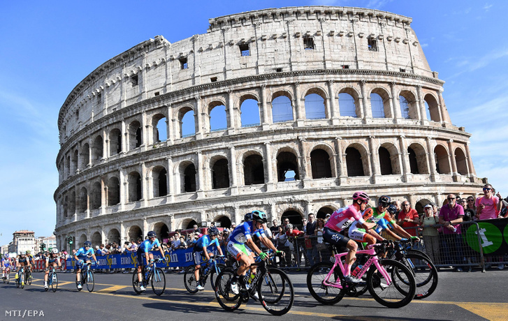 Az összetettben vezető és rózsaszín mezt viselő Chris Froome a Sky csapat brit versenyzője a római Colosseum előtt a Giro d'Italia olasz országúti kerékpáros körverseny utolsó 21. szakaszán 2018. május 27-én.