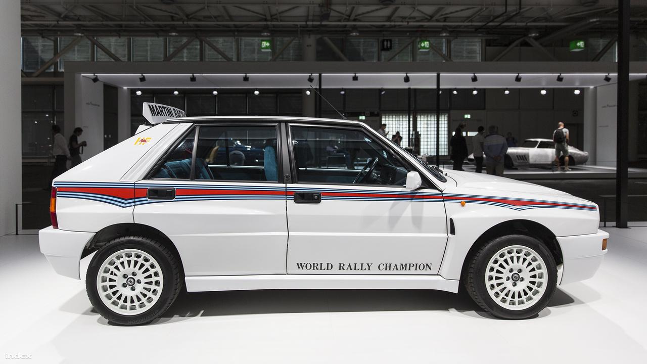 Lancia Delta Integrale Evoluzione, 1992. Ki se nézné belőle az ember, hogy ez a kis olasz autó a nyolcvanas évek végén és a kilencvenes évek elején uralta a rally világbajnokságot. A Lancia Delta először 1979-ben mutatkozott be a frankfurti autókiállításon, akkor még mint kis négyajtós családi autó. A Lancia mérnökei 1983-ban faragtak belőle sportautót, ami annyira jó ötletnek bizonyult, hogy később különböző változatai sorra nyerték a futamokat, sőt komplett világbajnokságokat. Az Integrale Evoluzione verziót 1991-ben és 1992-ben gyártották, a 207 lóerős motorja 5,7 mp alatt tolta százra, csúcssebessége 220 km/óra volt, és 1992-ben meg is szerezte a Lancia rally-csapatának sorban a 6. világbajnoki címet, amire azóta sem volt képes konstruktőrcsapat.