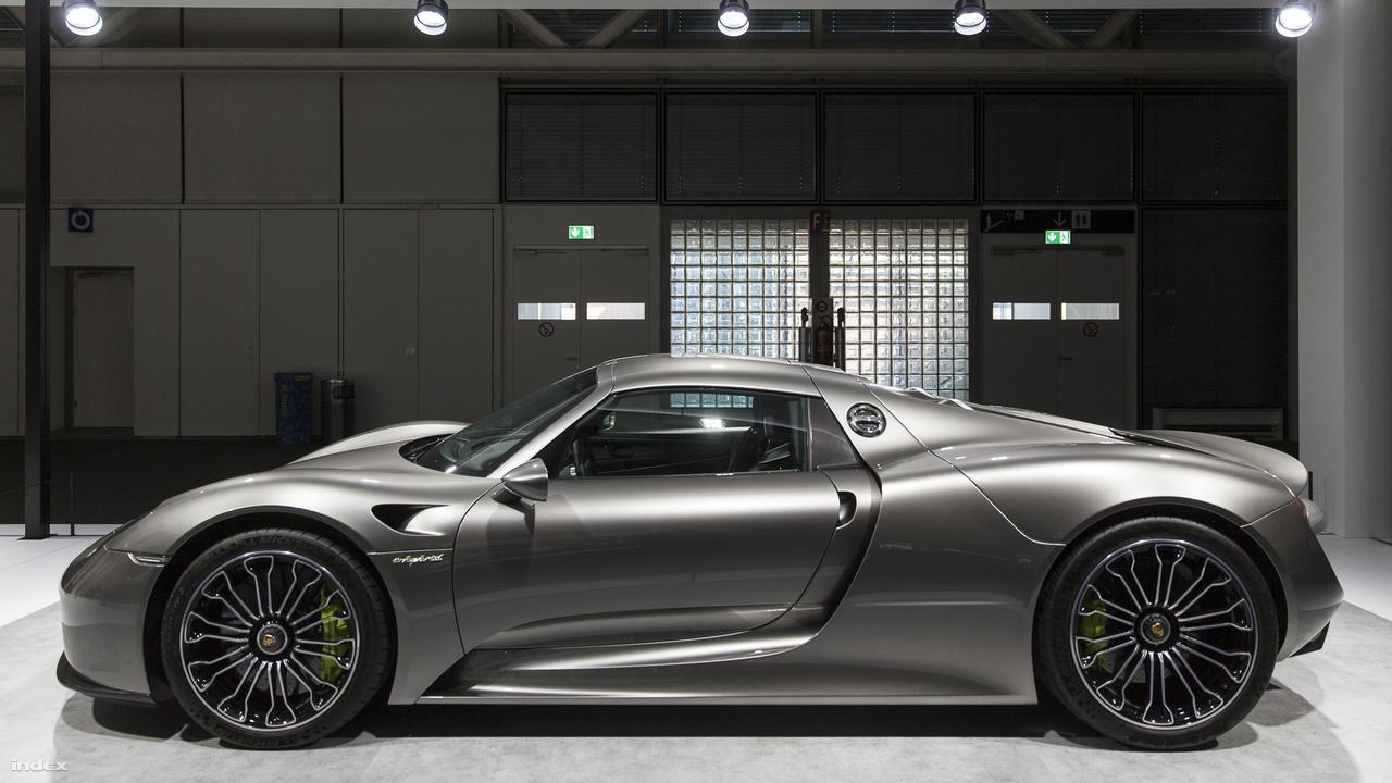 Porsche 918 Spyder, 2015. 2013 és 2015 között 918 darab épült a német autógyár hibrid meghajtású sportautójából. A 608 lóerős V8-as motor mellé az első és hátsó tengelyhez is elektromotort szereltek, ezzel 887 lóerőre tornászva az amúgy sem harmatdgyenge jármű teljesítményét. Míg a legtöbb szuperautóval kapcsolatban kárörvendően emlegetik a kibicek, hogy kétpofára zabálják a benzint a városi forgalomban, a kétüléses Spyder 3,1 literes fogyasztásával - amit ugye a hibrid hajtásnak köszönhet - ideális munkábajárós, bevásárlókocsi is lehet. Csak arra kell vigyázni, hgy ne padlózzuk le a gázpedált, mert akkor már beindul a fosszilis erőmű, és 2,6 másodperc alatt 100-on, majd kicsivel később egy 345 km/órával hussanó megerősített szénszálas kapszulában találhatjuk magunkat, és hát őszintén kinek van arra szüksége.