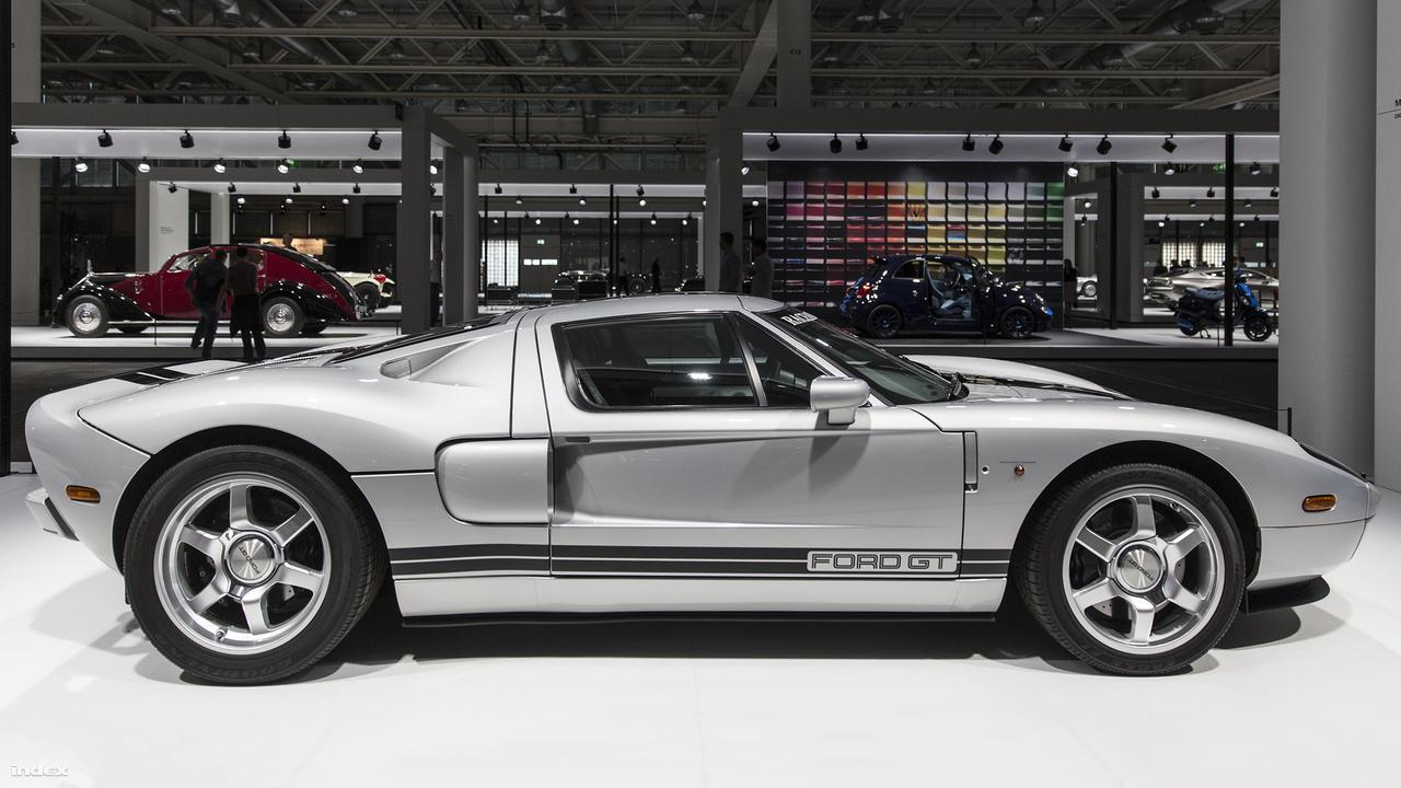 Ford GT Coupé, 2005. A hatvanas évek legendás, négy Le Mans futamot is megnyerő Ford GT40 versenyautóját élesztették fel 2005-ben először egy az elődjére kinézetben elég jelentős mértékben hasonlító, a bajnoki örökség előtt tisztelgő tanulmányautóval. Az eredetinél valamivel hosszabb, szélesebb, valamint 40 inch helyett 43 inch magas (többek között ezért sem GT40 szerepel a nevében) 55} lóerős, középmotoros sportautó később sorozatgyártásra került, 2004 és 2006 között több mint négyezret adtak el belőle, leginkább az USA-ban. A kiállításon egy ritka, európai piacra szánt verzió látható, amiből összesen csupán 101 épült.