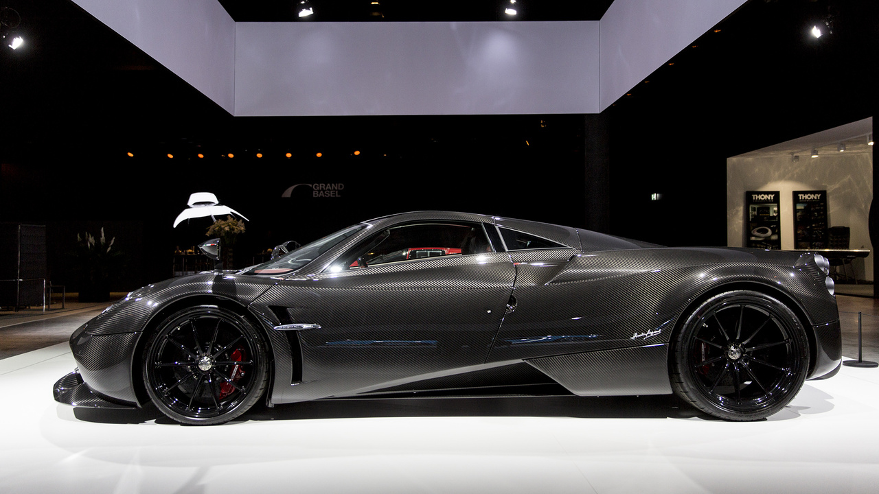 """Pagani Huayra, 2018. A Lamborghininél és a Ferrarinál is dolgozó argentin mérnök, Horacio Pagani 1992-ben alapított autógyártó céget, hogy megépítse saját álomautóját. A hét évi fejlesztés után 1999-ben piacra dobott, a mindössze 130 példányban elkelt 800 lóerős Pagani Zondának köszönhetően a 2012-es nagy dobás, a Huayra neve (""""Szélisten"""") már igencsak jól csengett a hyperautók rajongói fülében. A teljes mértékben kézzel készített, kb 280 millió forintba kerülő együléses Huayra ikerturbós V12-es motorja akár 370 km/órás végsebességig is röpítheti a sofőrt, aki a megerősített szénszálból, valamint műanyag és titán felhasználásával készült karrosszéria közepén igazán úgy érezheti magát, mint egy vadászrepülőgép pilótája."""
