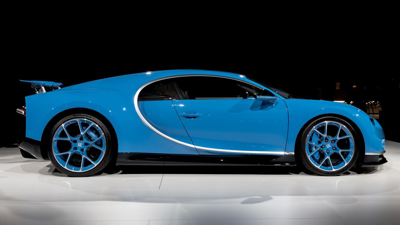 Bugatti Chiron, 2018. Nem állíthatjuk, hogy a szemzsibbasztó színnek köszönhető, de ez a Chiron is 2,4 mp alatt van százon, 6,1 másodperc alatt már kétszázzal repeszt, és csupán 12,2 kell, hogy a háromszzat meghaladja a sebességmérő mutatója. Ahogy a Veyron, a Chiron is képes 400 km/ó feletti sebességre, sőt az eddig legyártott ötszáz Chiron 420-at is tud, igaz csakúgy mint a Veyronnál, ehhez külön kulcs kell, ami kiiktatja a sebességkorlátozó elektronikát.