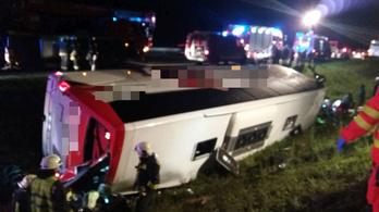 Árokba hajtott egy busz az M1-esen, 14 embert kórházba szállítottak