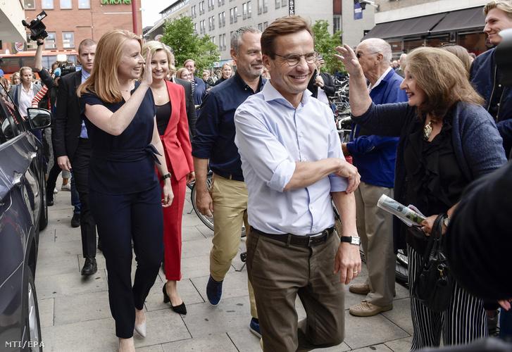 Az Alliansen jobbközép koalícióhoz tartozó Ulf Kristersson, a Mérsékelt Párt (j), Annie Loof, a Centrumpárt (b), Jan Björklund, a Liberálisok párt (j2) és Ebba Busch Thor, a Kereszténydemokrata Párt vezetője (b2) Uppsalában kampányol 2018. szeptember 6-án,