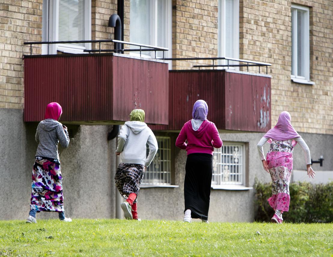 Afrikai bevándorló lányok Flenben 2018. augusztus 30-án. A Stockholmtól mintegy 100 kilométerre nyugatra fekvő város annyi menekültet fogadott be az utóbbi években, hogy azok mostanra a lakosság nagyjából egynegyedét teszik ki.