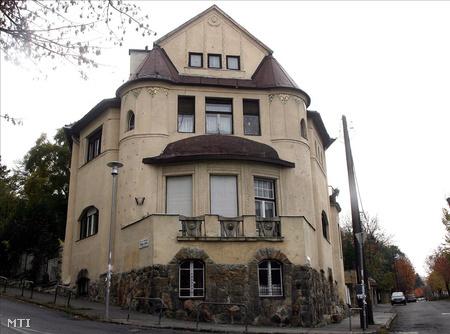 A Budapest, XII. kerület Alma u. 1. szám alatti épület, melynek földszintjén működik a Napvilág Születésház