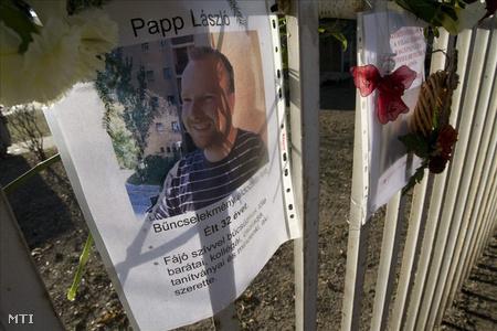 Virágok a meggyilkolt tanárok képeinél a Csepel-sziget Általános és Szakképző Iskolánál (Fotó: Füzesi Ferenc)