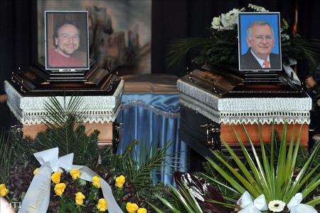 Takács József és Papp László, a csepeli kettős gyilkosság áldozatainak fényképe a koporsójukon, temetésükön (Fotó: Kovács Tamás)