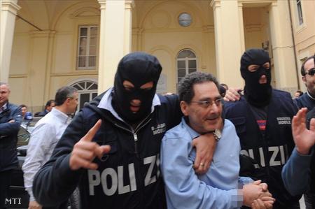 Kommandósok letartóztatják Mario Caterino-t, a nápolyi maffia, a camorra egyik vezetőjét