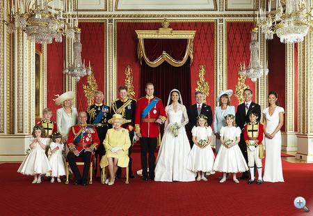 Az egész család egy képen. Első sor, balról jobbra: Grace van Cutsem, Eliza Lopes, Edinburgh hercege, Őfelsége, a Királynő, Margarita Armstrong-Jones, Lady Louise Windsor, William Lowther-Pinkerton.                          Hátsó sor, balról jobbra: Tom Pettifer, Cornwall Hercegnéje, Wales hercege, Harry herceg, Michael Middleton, Mrs. Michael Middleton, James Middleton, Philippa Middleton.