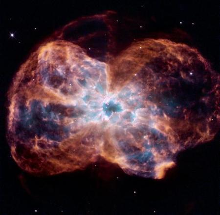 Az NGC 2440 katalógusjelű planetáris köd. A középpontban látható fehér törpe, ami a köd anyagát ledobta magáról, egyelőre még valószínűleg nem a legideálisabb célpont lakható Föld típusú bolygók keresése szempontjából, hiszen a legforróbbak közül való, felszíni hőmérséklete még körülbelül 200 ezer fok. [NASA, ESA, K. Noll (STScI)]