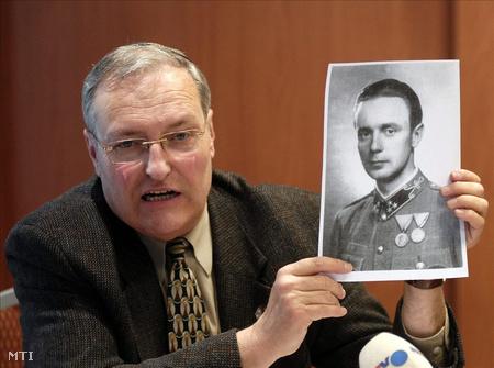 Efraim Zuroff a Simon Wiesenthal Központ jeruzsálemi irodájának igazgatójaKépíró Sándor egykori csendőr százados fotójával. (Fotó: Beliczay László)