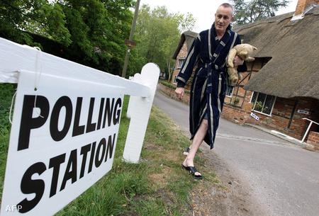 Hannh, Pilcot lordja ellenőrzi az irányítótáblát, a hagyományosan saját házából kialakított szavazóhelység bejáratánál