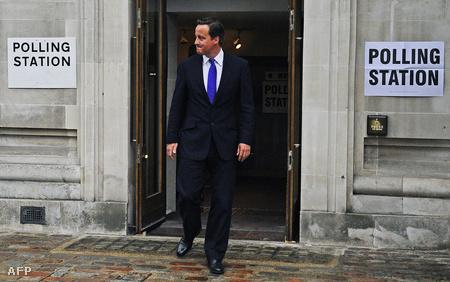David Cameron szavazásból jövet