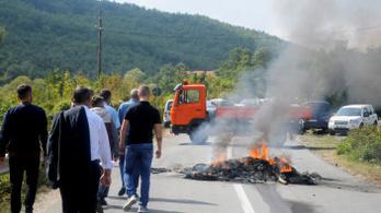 Lángoló abroncsokkal állták útját a szerb elnöknek Koszovóban