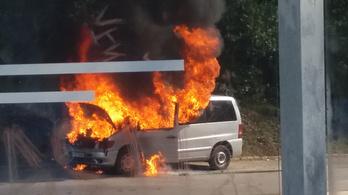 Kigyulladt egy autó Budapesten