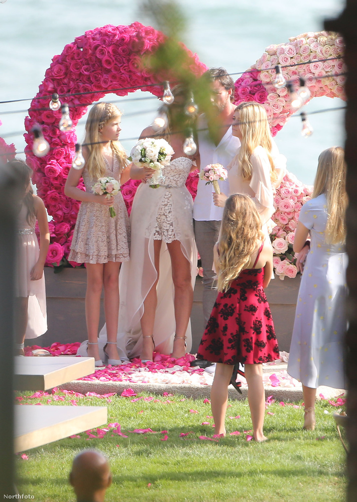 És ennél hatalmas, rózsaszín szív alakú, virágokkal díszített kapu alatt mondták ki az igeneket.Ezzel búcsúzunk is.Viszlát!