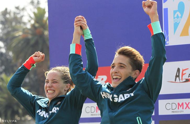 Gulyás Michelle és Bruckmann Gergõ miután ezüstérmet nyertek a mexikóvárosi öttusa-világbajnokság vegyes váltójában 2018. szeptember 9-én.