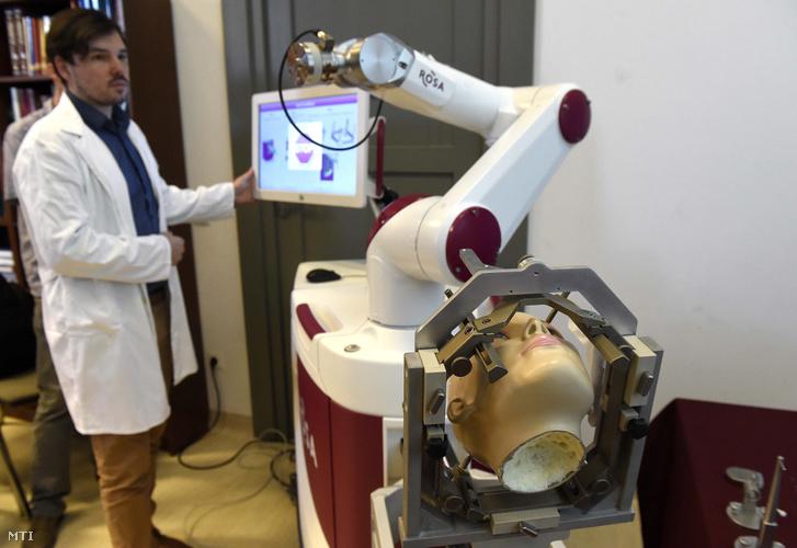Halász László rezidens 2018. május 29-én bemutatja a ROSA nevű robotot, amelynek segítségével agyműtétet végeztek az Országos Klinikai Idegtudományi Intézetben. Az első hazai, robottal végzett műtét során Parkinson-kór tüneteit enyhítő elektródákat ültettek be egy 65 éves páciens fejébe.