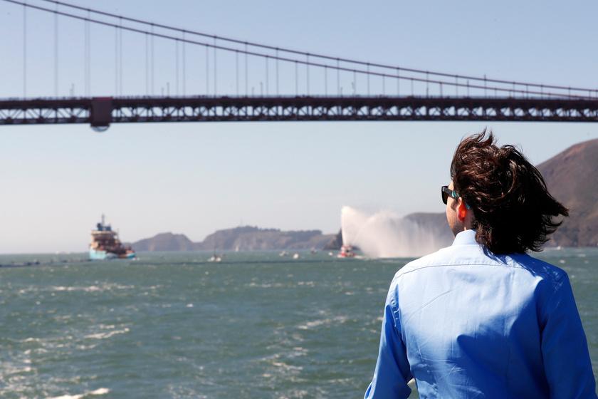 Boyan Slat nézi, amint a projekt hajója kivontatja találmányát, az Ocean Cleanup nevű tengeri szerkezetet a San Franciscó-i öbölből.