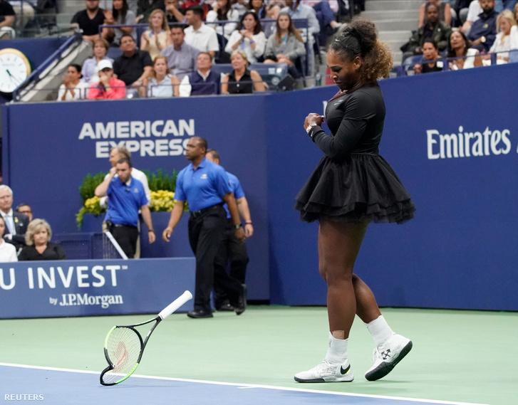 Serena Williams összetöri az ütőjét, miután elvesztette a játékot Naomi Osaka ellen. 2018.09.08. USTA Billie Jean King National Tennis Center, New York City